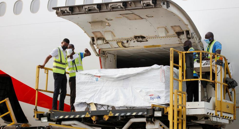 Los trabajadores descargan cajas de vacunas AstraZeneca/Oxford en el aeropuerto internacional de Accra, Ghana, el 24 de febrero de 2021. (REUTERS/Francis Kokoroko).