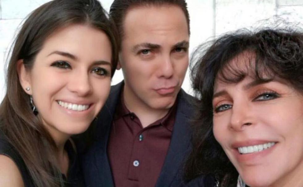 Carol Victoria Urban al lado de aún esposo, Cristian Castro y la madre de este, la actriz Verónica Castro. (Instagram)