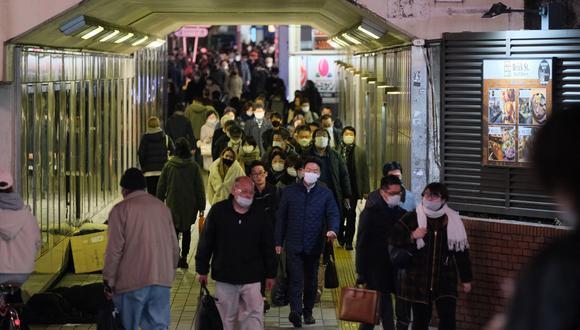 Los peatones caminan en el distrito Shinjuku, en Tokio, el pasado 13, mientras el país expandió el estado de emergencia por la pandemia de COVID-19. (Kazuhiro NOGI / AFP)