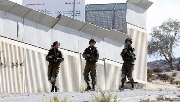 Un grupo de soldados israelíes patrullan un campo tras enfrentamientos entre palestinos e israelíes en la villa de Oref. (Foto referencial: EFE)