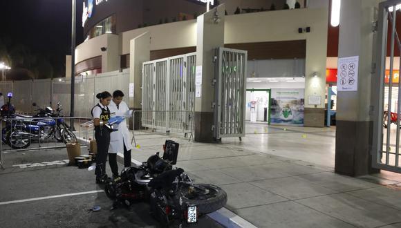 MINUTOS DE PÁNICO. Hampones ingresaron al centro comercial, pero fueron detectados frente al banco (Piko Tamashiro).