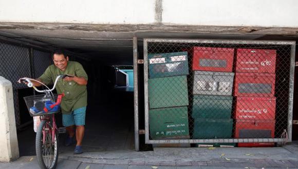 Un viandante pasa junto a un almacén de urnas electorales en el exterior de un edificio público este miércoles de Bangkok (Tailandia). (Foto: EFE)