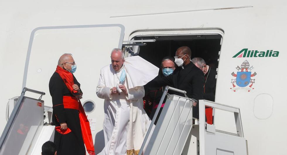 El papa Francisco desembarca de un avión cuando llega al Aeropuerto Internacional de Bagdad (Irak). (REUTERS/Yara Nardi).
