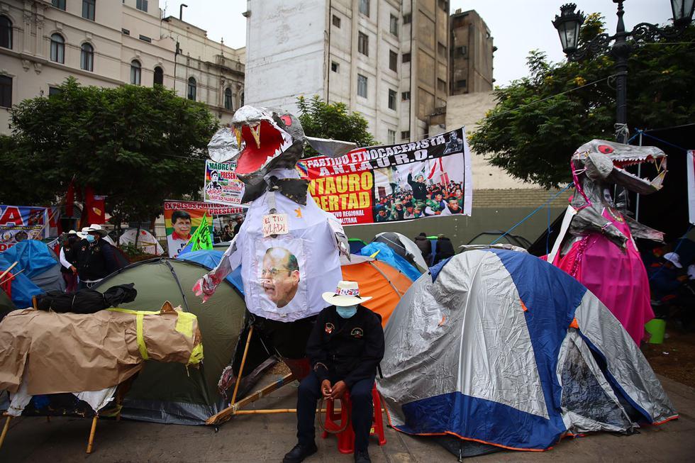Un grupo de simpatizantes de Perú Libre continúa realizando una vigilia en los exteriores del Jurado Nacional de Elecciones (JNE) a la espera de que se realice la proclamación oficial de resultados de las elecciones de segunda vuelta, llevadas a cabo el pasado 6 de junio. (Foto: Hugo Curotto / @photo.gec)