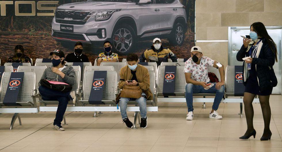 Imagen referencial del 1 de junio de 2020 Los asientos están bloqueados como medida para evitar la propagación del coronavirus en un aeropuerto de Ecuador. (Rodrigo BUENDIA / AFP).