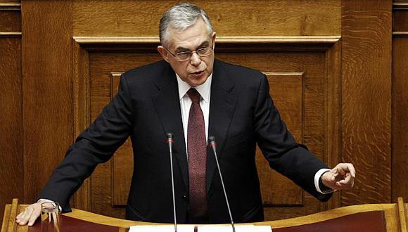 Lucas Papademos hizo un llamado por más sacrificios, incluso recortes en salarios. (Reuters)