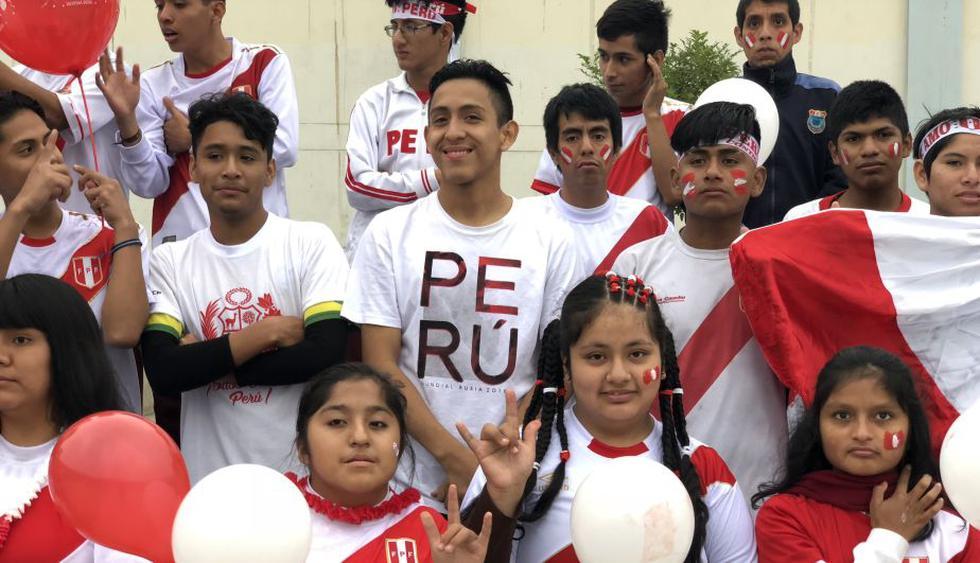 Estudiantes sordos interpretan el himno nacional en lengua de señas en apoyo a la selección. (Minedu)