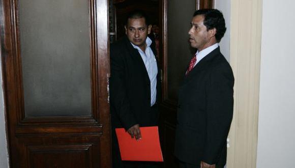 ¿QUIÉN LO PROTEGE? Walter Acha declaró en sesión reservada y se retiró huyendo de la prensa. (Rochi León)