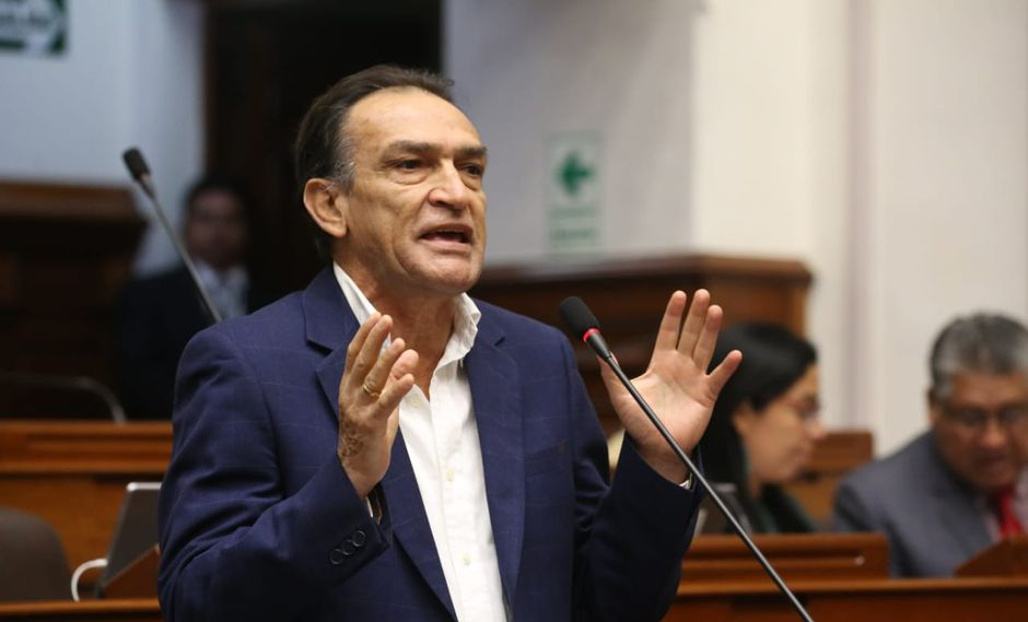 El congresista Héctor Becerril cuestionó que dos hombres se besen en el espacio público. (Foto: Congreso)