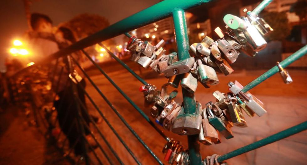 Varios enamorados y esposos colocaron candados en una reja como símbolo de su amor. (Lino Chipana/GEC)
