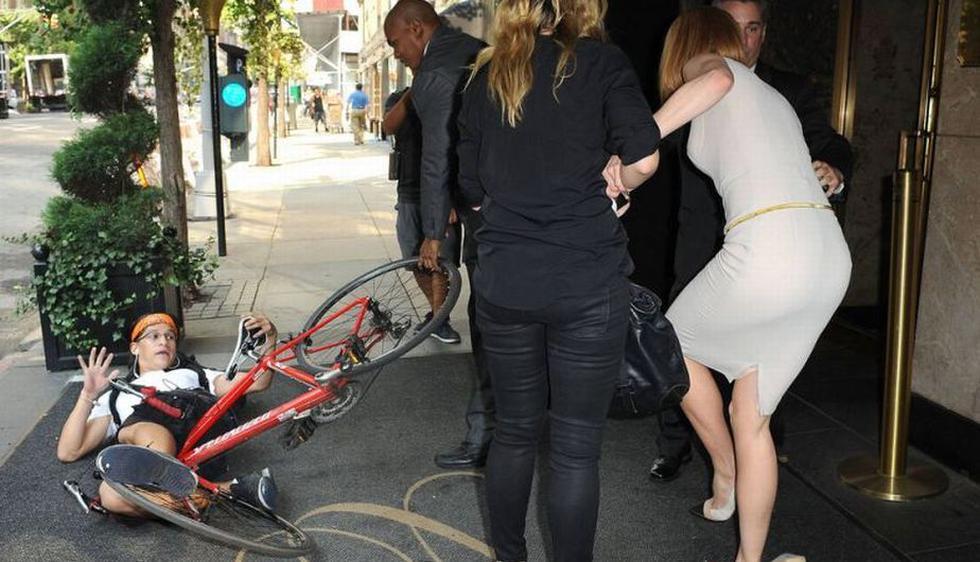 Nicole Kidman fue derribada por un paparazzi en bicicleta a la entrada de su hotel en Nueva York. (independent.co.uk)