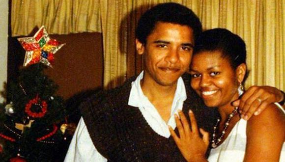 Michelle y Barack Obama se abrazan en una antigua foto de Navidad subida a Twitter. (@FLOTUS)