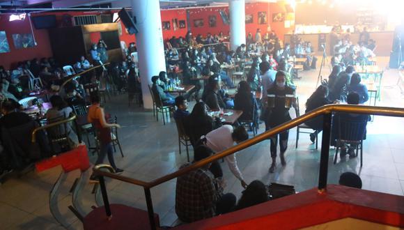 La gran mayoría de los asistentes en un restobar no llevaba puesto mascarillas y tampoco guardaba el distanciamiento. (Foto: Municipalidad de Lima)