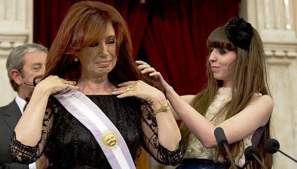 Cristina Fernández recibió la banda presidencial de manos de su menor hija Florencia. (AP)