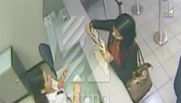 La cajera fue filmada junto a su cómplice. (Foto: Captura de pantalla)