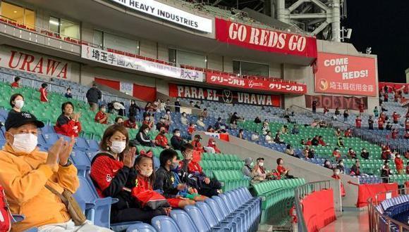 En los estadios de Japón se ha reducido los aforos y restringido la actividad en las barras. (Foto: EFE)