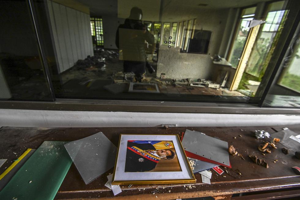 El consulado de Venezuela en Bogotá (Colombia), inactivo desde febrero de 2019, está en ruinas tras ser saqueado durante meses. (Foto: Juan BARRETO / AFP)