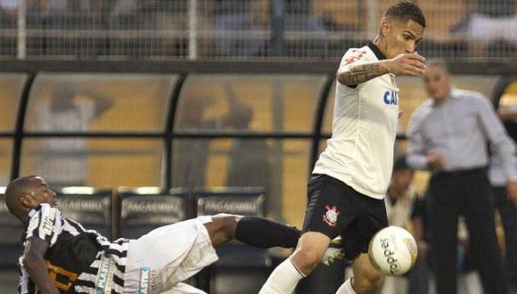 Marca a presión. Paolo Guerrero intentó destacar, pero defensa del Santos lo tuvo vigilado. (Difusión)