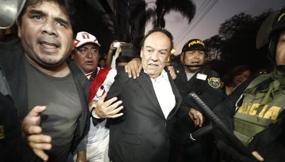 Luis Alva Castro es brutalmente agredido a su salida de la residencia del embajador de Uruguay. (César Campos)
