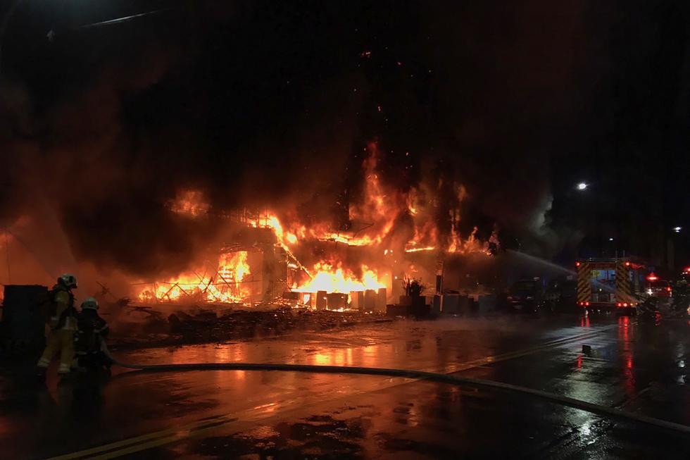 Un incendio que arrasó un edificio en la ciudad de Kaohsiung, en el sur de Taiwán, dejó 46 muertos y decenas de heridos, informaron este jueves las autoridades. (Foto: KAOHSIUNG FIRE DEPARTMENT / AFP)