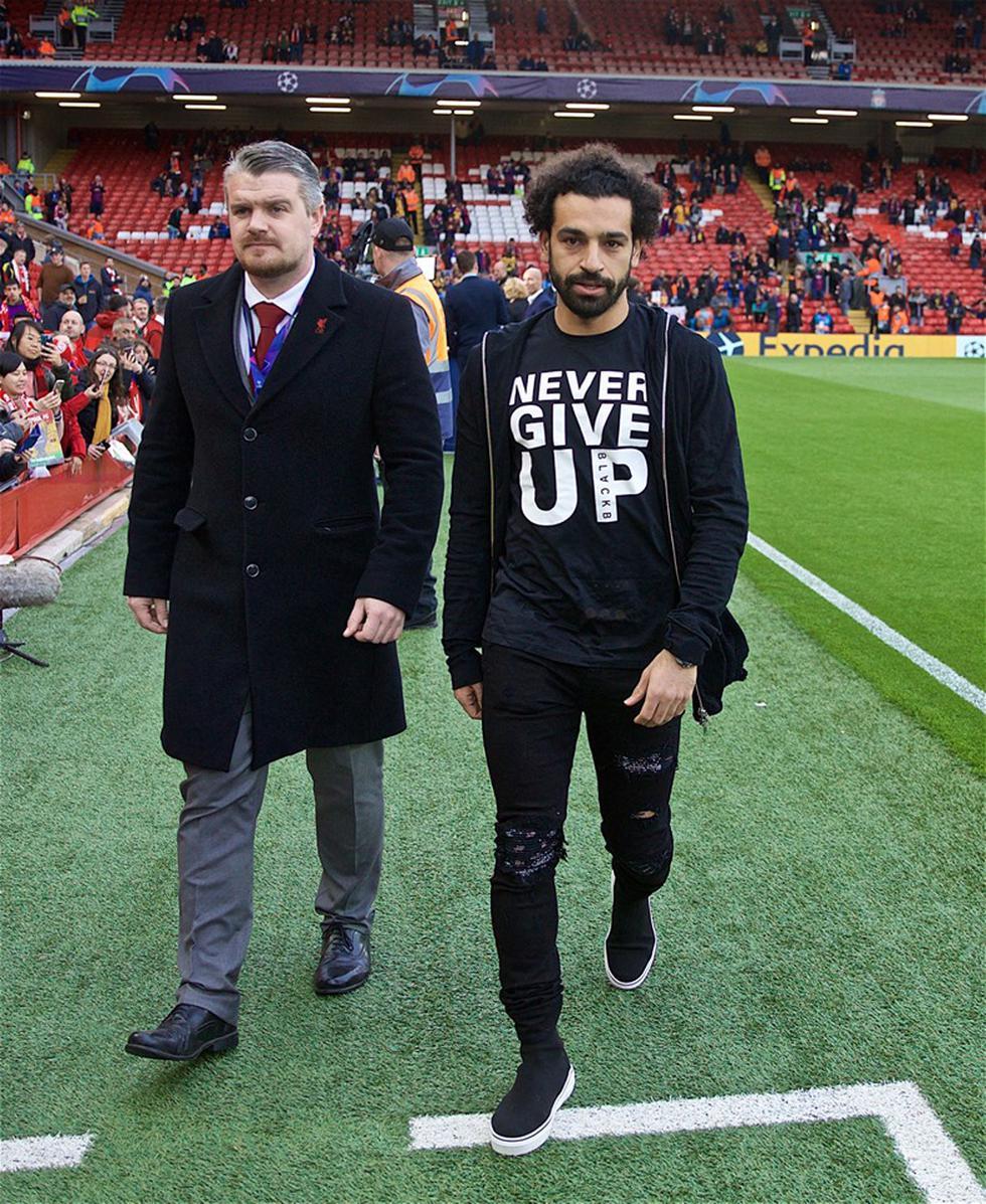 Mohamed Salah vio el partido fuera de la cancha pero lo vivió los 90 minutos. (Foto: Twitter Liverpool)