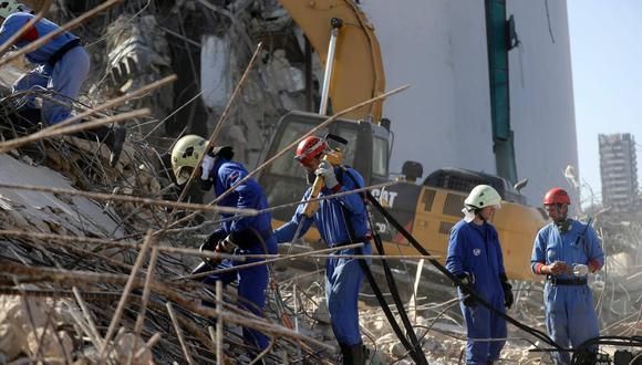 Un equipo de rescate internacional busca sobrevivientes en el puerto de Beirut el pasado 7 de agosto, tres días después de que una explosión masiva sacudiera la capital libanesa. (AFP / JOSEPH EID)