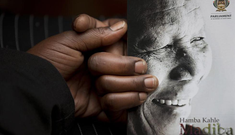 Decenas de miles de sudafricanos rindieron hoy tributo al expresidente Nelson Mandela en el estadio FNB de Soweto, a pesar de la intensa lluvia que caía sobre Johannesburgo. (AP)