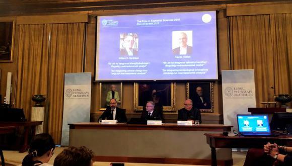 El secretario general de la Real Academia Sueca de Ciencias, Goran K Hansson, anuncia los ganadores del Premio Sveriges Riksbank en Ciencias Económicas, Premio Nobel de Economía 2018. (Foto: Reuters)