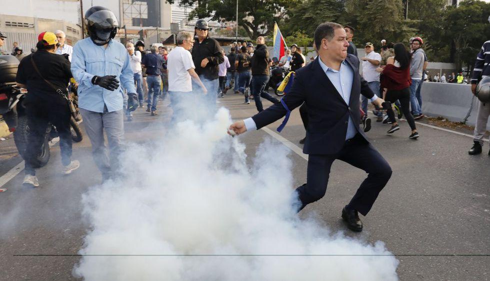 Los elementos armados que respaldan a Guaidó devolvieron las lacrimógenas y hasta ahora no se sabe si alguien resultó lesionado tras estas refriegas. (Foto: Reuters)