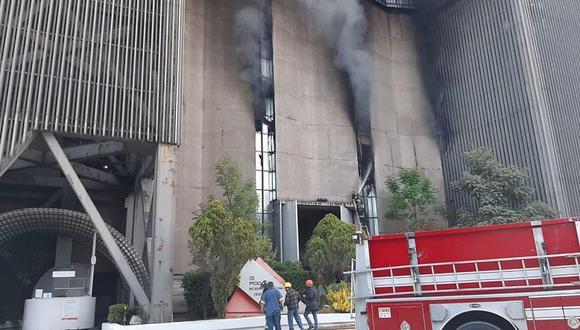 Fotografía de un incendio en el centro de Control del Sistema de Transporte Colectivo, en Ciudad de México. (EFE/ José Pazos).