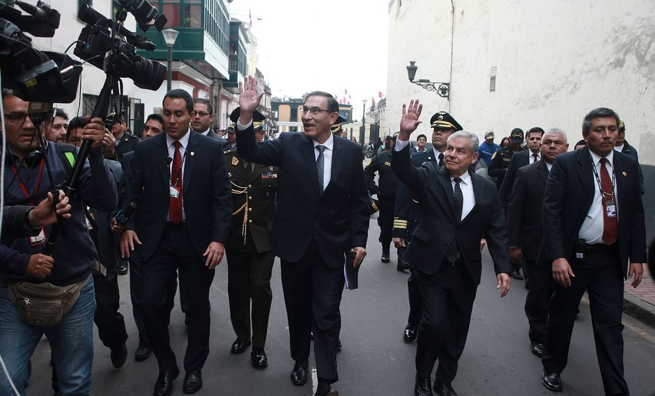 Martín Vizcarra caminó hacia el Congreso y fue recibido por Daniel Salaverry. (Perú21)
