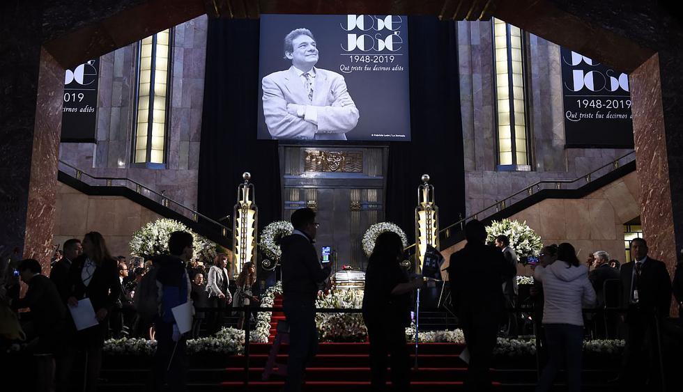 El homenaje en el Palacio de Bellas Artes se realiza con la participación de grupos musicales y fanáticos que llegan a despedirse de los restos del músico. (Foto: AFP)