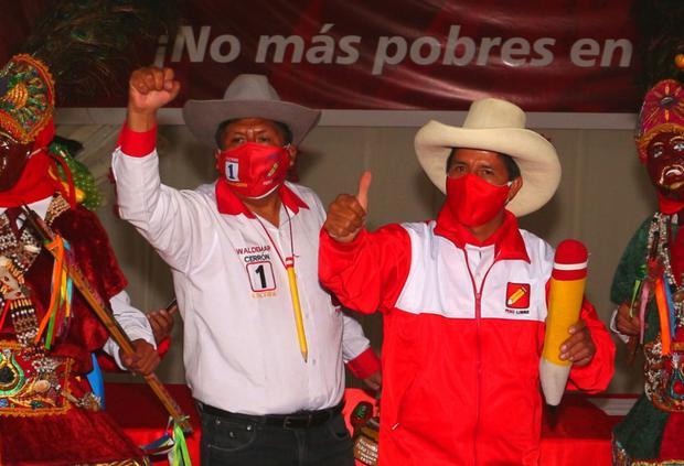 Waldemar Cerrón next to Pedro Castillo.