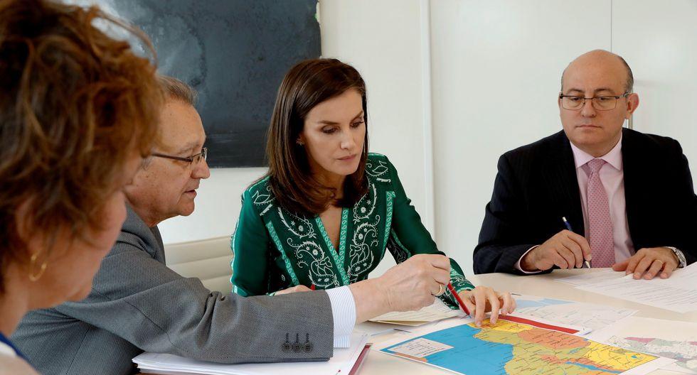 La reina Letizia durante la reunión que mantuvo en el Palacio de La Zarzuela con el secretario de Estado de Cooperación Internacional y para Iberoamérica y el Caribe. (Foto: EFE)