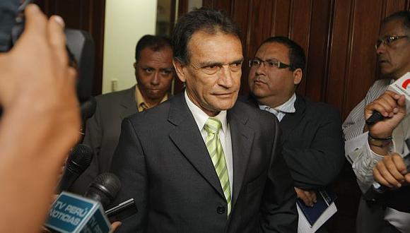 Héctor Becerril saluda la posición de Perú Posible. (USI)