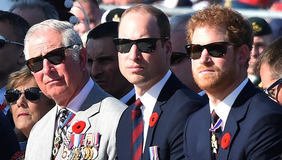 El príncipe Carlos y sus hijos Guillermo y Harry en una imagen de archivo del 9 de abril del 2017. (Foto: Philippe HUGUEN / POOL / AFP).