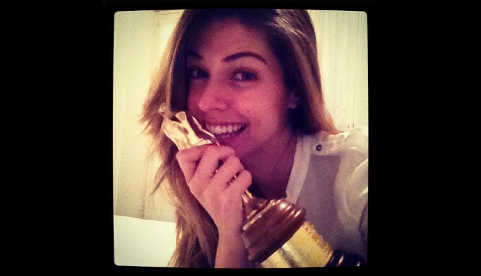 La primera foto publicada en su cuenta data febrero de 2012. Sostiene la estatuilla que ganó en el India Catalina, premio de la televisión colombiana. (Instagram @unlunar)