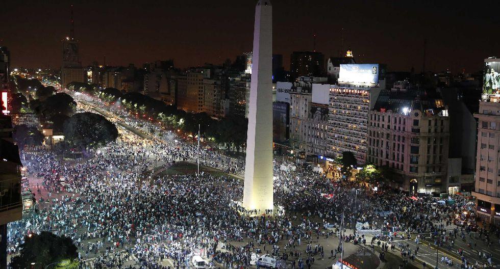 La mayor concentración se registró en el Obelisco, donde la fiesta terminó en llanto. (Reuters)