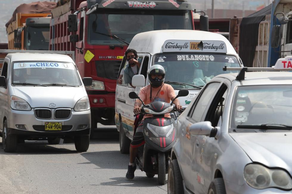 Un grupo de transportistas de carga pesada, que acatan un paro nacional indefinido en rechazo al alza del precio de combustible y peaje, bloquearon el kilómetro 23 de la Av. Túpac Amaru en Carabayllo. (Foto: Lino Chipana Obregón / @photo.gec)
