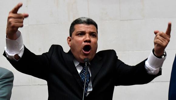 El legislador venezolano Luis Parra habla durante una conferencia de prensa en Caracas, Venezuela. (Foto: AFP)