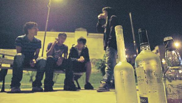ADOLESCENTES EN RIESGO. Cada vez son más las mujeres jóvenes que consumen bebidas alcohólicas porque lo asocian con diversión. (Perú21)