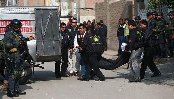 Agentes de la Dirincri retiran los cuerpos de los abatidos. (Rafael Cornejo)
