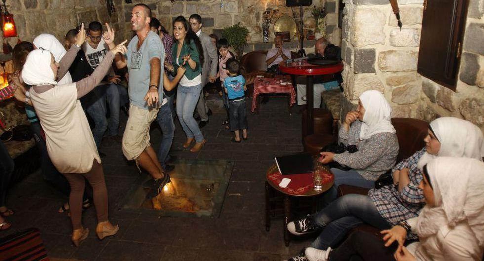 Mientras, en el viejo Damasco, la sala de karaoké del hotel Baik Bash reúne a los amantes de la música árabe, y sobre todo siria. (AFP)