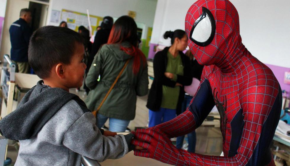 El superhéroe arácnido pasó un buen momento junto a los niños del centro de salud. (Juguete Pendiente/Facebook)