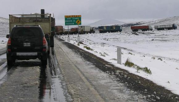 Nieve cubrió las carreteras a la zona de Cruz del Cóndor. (USI)
