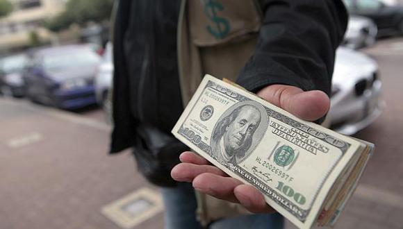 Dólar. El tipo de cambio en el mercado paralelo o casas de cambio es de 3.280 soles. (Foto: USI)