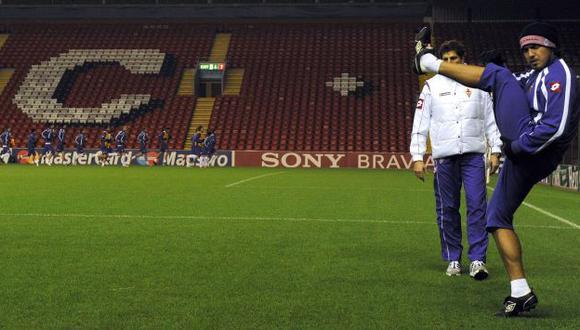 Juan Manuel Vargas entrena mientras la Fiorentina le busca un nuevo cuadro. (AFP)