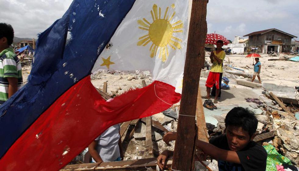 Los habitantes de las Filipinas suplican por alimentos, agua y medicinas mientras en las calles se puede ver cadáveres hinchados de víctimas del intenso tifón que azotó las islas. (EFE)