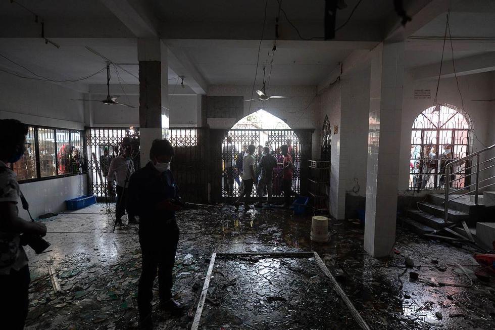 Se ven vasos rotos dentro de una mezquita luego de un incendio en el distrito central de Narayanganj (Bangladesh), el 5 de septiembre de 2020. (AFP / Munir UZ ZAMAN).