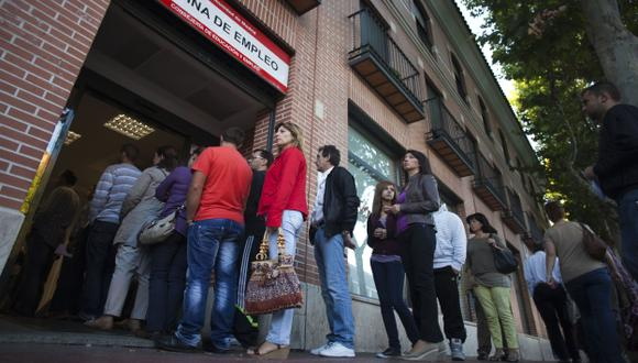 A PASO LENTO. El desempleo en país ibérico todavía es alto. (Bloomberg)